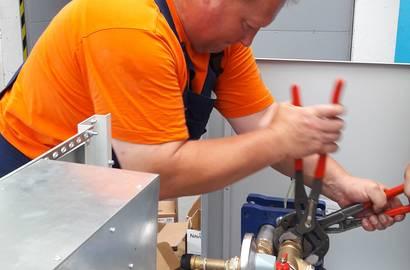 montáž chladící jednotky v dílně Veskom