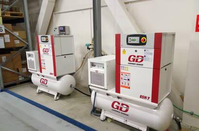 sestava kompresorových stanic Gardner Denver, typ ESM TK (sestava kompresoru a kondenzačního sušiče na ležatém vzdušníku) řízených nadřazeným řídícím systémem GD Connect 4