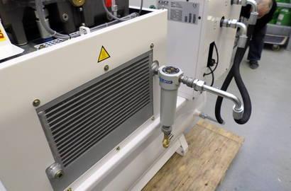 šroubový kompresor Gardner Denver, typ ESM 7 TK (sestava kompresoru a kondenzačního sušiče na ležatém vzdušníku) s cyklónovým separátorem MTA