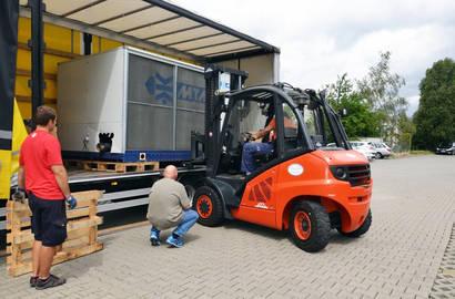 Vyložení zařízení z nákladního vozu